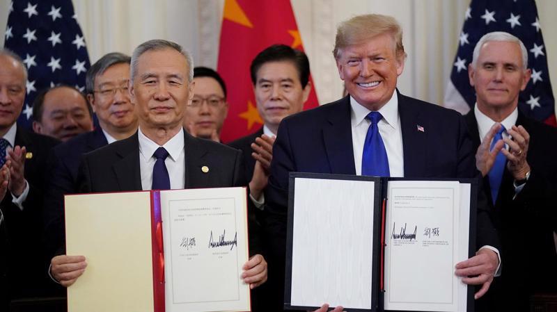 Phó thủ tướng Trung Quốc Lưu Hạc (trái) và Tổng thống Mỹ Donald Trump (phải) ký thỏa thuận thương mại giai đoạn 1 giữa hai nước tại Nhà Trắng ngày 15/1/2020 - Ảnh: Reuters.