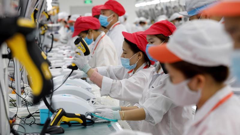 Trong một nhà máy của Vingroup - Ảnh: Reuters/Nikkei.