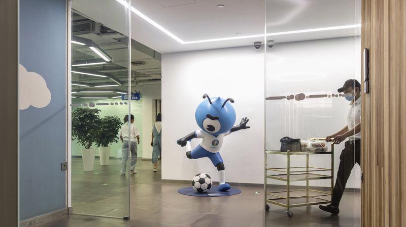 Tượng linh vật hình kiến của Ant Group trong trụ sở công ty ở Hàng Châu, Trung Quốc - Ảnh: Bloomberg.