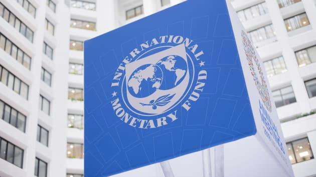 Logo IMF tại trụ sở định chế này ở Washington DC, Mỹ - Ảnh: Getty/CNBC.