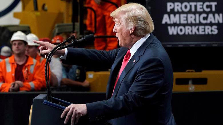 Tổng thống Mỹ Donald Trump trong một chuyến thăm nhà máy thép ở bang Illinois năm 2018 - Ảnh: Reuters.