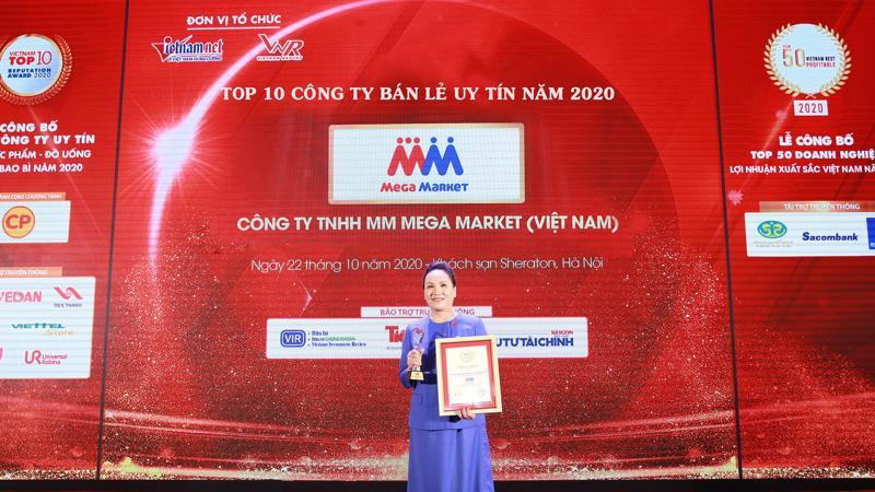 Bà Trần Kim Nga, Giám đốc đối ngoại MM Mega Market nhận giải thưởng.