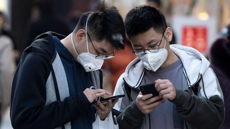 Đeo khẩu trang nghiêm ngặt là một trong những biện pháp chống dịch Covid-19 của Đài Loan - Ảnh: Bloomberg.
