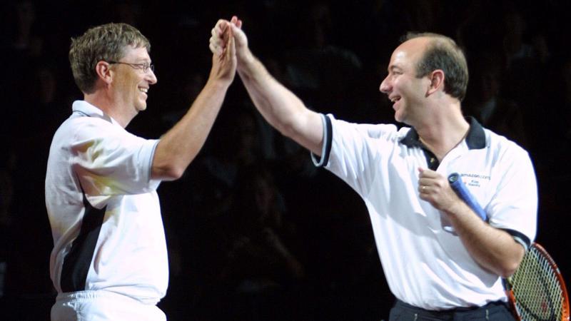 Hai tỷ phú giàu nhất Mỹ Jeff Bezos (trái) và Bill Gates - Ảnh: Getty.