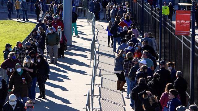 Cử tri Mỹ đi bỏ phiếu sớm ở Tusla, Oklahoma hôm 30/10 - Ảnh: Reuters.