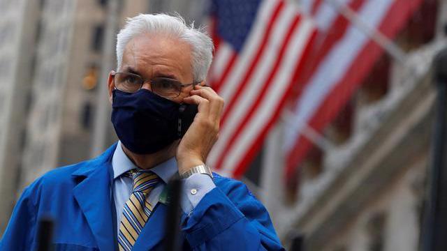 Một nhà giao dịch cổ phiếu ở Phố Wall ngày 4/11 - Ảnh: Reuters.
