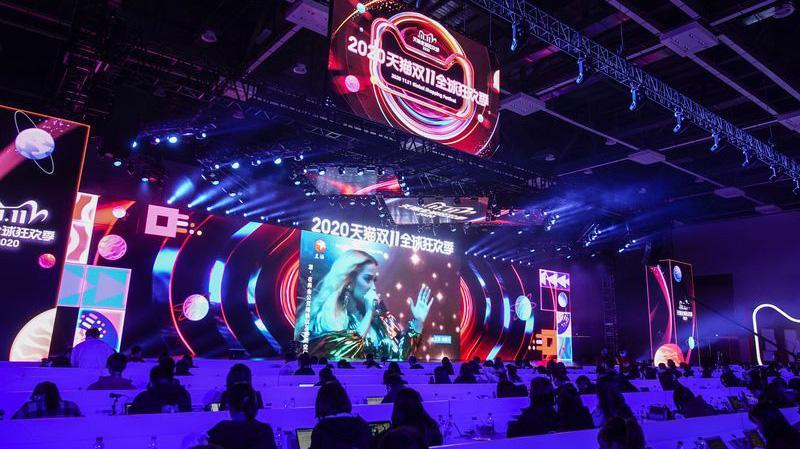 Ca sỹ Kate Perry biểu diễn livestream trong lễ hội mua sắm Ngày độc thân 11/11 của Alibaba - Ảnh: Bloomberg.
