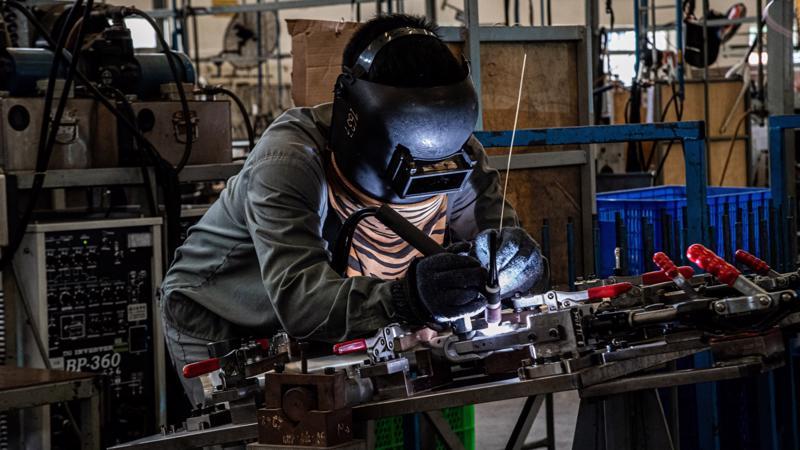 Một công nhân Việt Nam đang sản xuất xe đạp Modmo để xuất khẩu sang châu Âu - Ảnh: Modmo/Nikkei.