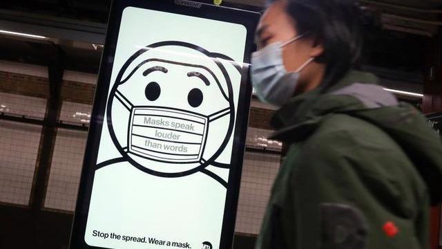 Một biển hiệu trên đường phố New York hôm 14/11 kêu gọi người dân đeo khẩu trang ở nơi công cộng để phòng tránh Covid-19 - Ảnh: Reuters.