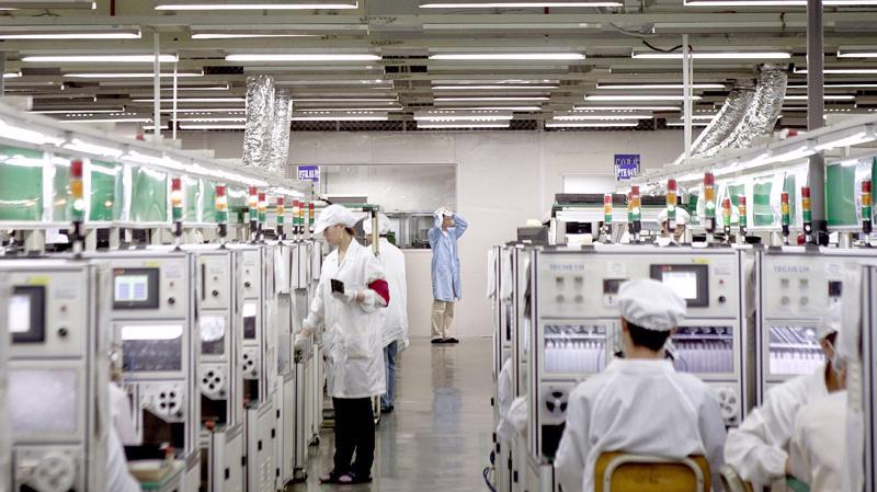 Trong một nhà máy của Foxconn - Ảnh: Bloomberg.