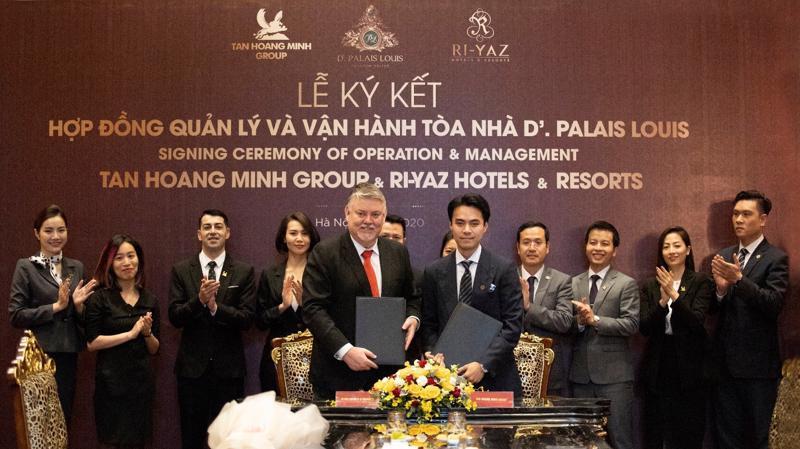 Phó Tổng giám đốc Tập đoàn Tân Hoàng Minh, ông Đỗ Hoàng Minh cùng đại diện Ri-Yaz Hotels & Resorts tại Việt Nam ký MOU quản lý vận hành D'. Palais Louis.