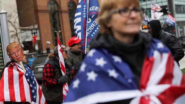 Những người ủng hộ Tổng thống Donald Trump xuống đường ở Lansing, Michigan hôm 8/12 - Ảnh: Reuters.