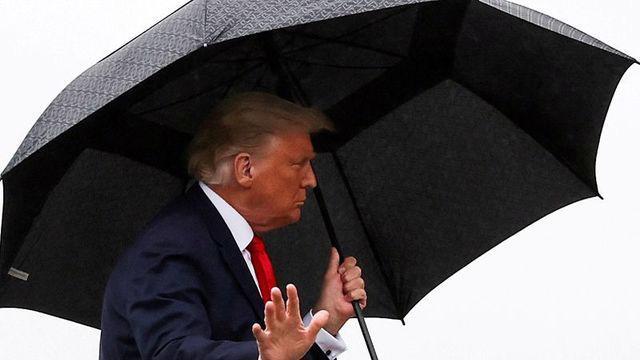Tổng thống Mỹ Donald Trump lên máy bay Không lực 1 tại căn cứ Andrews, bang Maryland hôm 12/10 - Ảnh: Reuters.