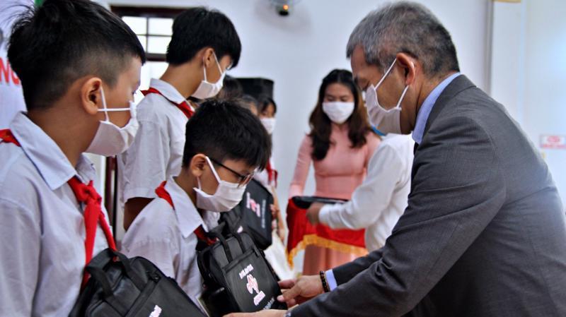 Ông Keiji Kaneko - Tổng giám đốc Công ty Ajinomoto Việt Nam tặng học bổng cho các em học sinh đạt thành tích tốt.