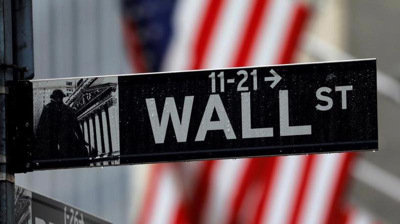 Một biển chỉ đường ở Phố Wall, bên ngoài Sở giao dịch chứng khoán New York (NYSE) thuộc quận tài chính Manhattan, New York, Mỹ - Ảnh: Reuters.