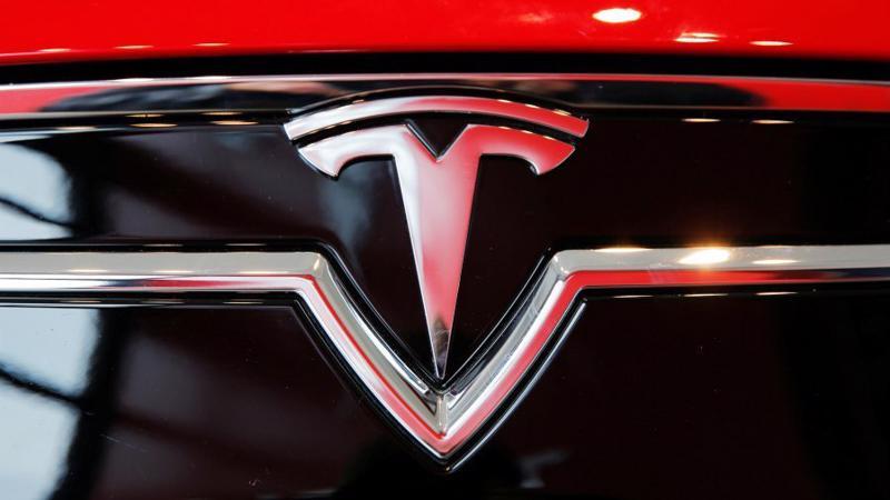 Logo Tesla trên một mẫu xe của hãng.