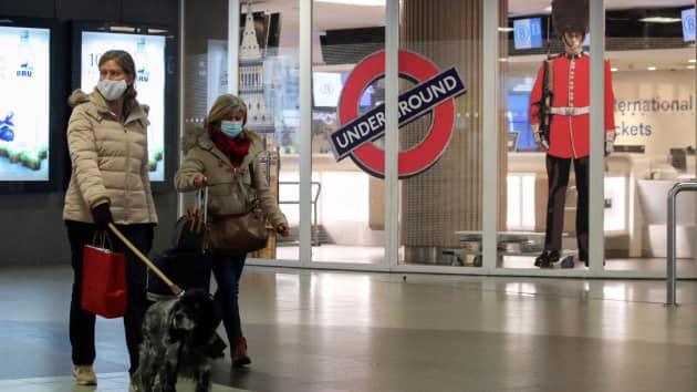 Hành khách tại một nhà ga đường sắt ở Bỉ ngày 21/12, sau khi loạt nước châu Âu đóng cửa biên giới với Anh vì lo ngại biến thể mới của Covid-19 - Ảnh: Reuters.