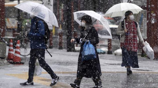 Người bộ hành trên đường phố ở Tokyo, Nhật Bản, tháng 3/2020 - Ảnh: Getty/CNBC.