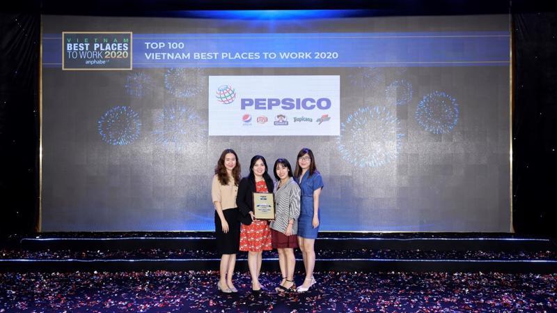 Bà Hồ Thị Bạch Quyên – Giám đốc Tuyển dụng PepsiCo khu vực Châu Á (Thứ 02 từ trái qua) cùng các thành viên nhóm tuyển dụng tại Hội nghị Nơi làm việc tốt nhất Việt Nam.