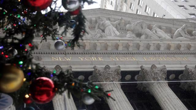 Trang trí cây thông Noel ngoài cửa Sở giao dịch chứng khoán New York (NYSE) hôm 17/12 - Ảnh: Reuters.
