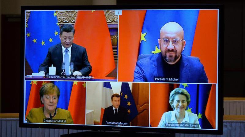 Một màn hình phát hình ảnh các nhà lãnh đạo Trung Quốc và Liên minh châu Âu (EU) trong cuộc họp trực tuyến về thỏa thuận đầu tư Trung Quốc-EU, ngày 30/12 - Ảnh: Reuters.