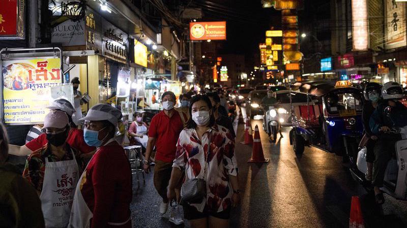 Trên đường phố ở Bangkok, Thái Lan, hôm 2/1 - Ảnh: Bloomberg.
