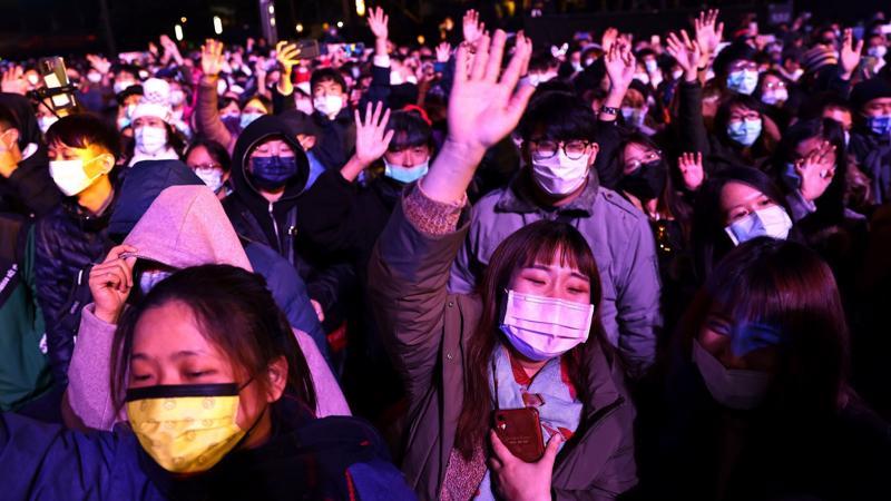Người Đài Loan đeo khẩu trang trong một sự kiện đón năm mới 2021 - Ảnh: Reuters/Nikkei.