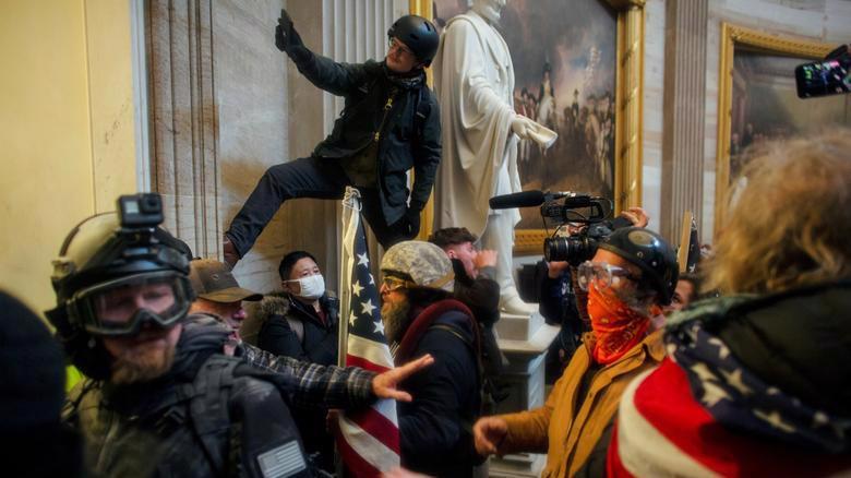 Người biểu tình tấn công vào bên trong tòa nhà Quốc hội Mỹ ngày 6/1 - Ảnh: Reuters.