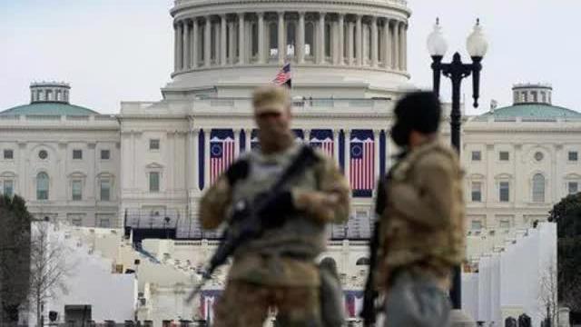 Binh sỹ Vệ binh Quốc gia đứng gác bên ngoài tòa nhà Quốc hội Mỹ ở Washington DC ngày 17/1 - Ảnh: Reuters.