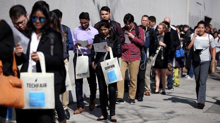Người Mỹ xếp hàng nộp đơn xin trợ cấp thất nghiệp - Ảnh: Reuters.