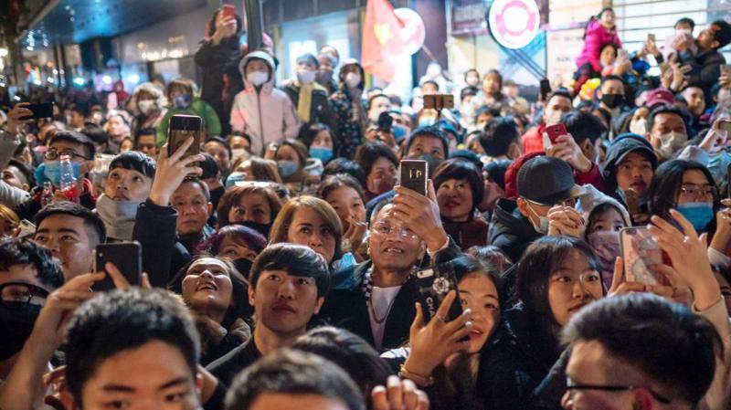 Người dân trong đêm giao thừa đón năm mới 2021 ở Hà Nội - Ảnh: Nikkei.