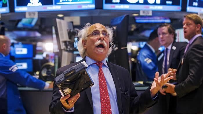 Các nhà giao dịch cổ phiếu trên sàn NYSE ở New York, Mỹ - Ảnh: AP.