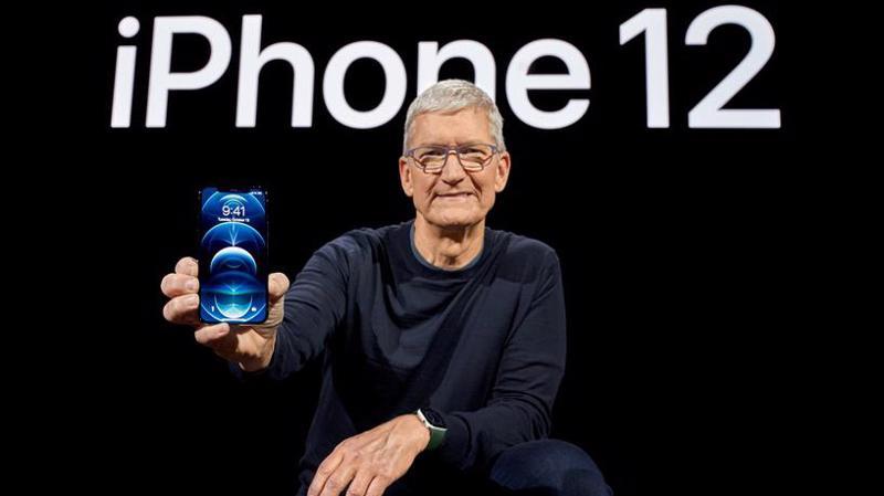 CEO Tim Cook của Apple và mẫu điện thoại iPhone 12 - Ảnh: Reuters.