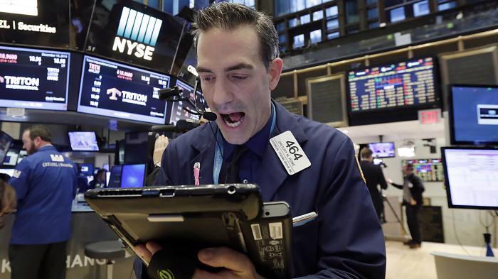 Một nhà giao dịch cổ phiếu trên sàn NYSE ở New York, Mỹ - Ảnh: AP.