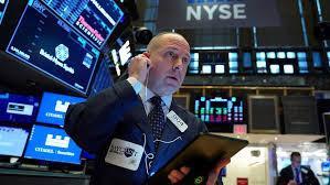 Một nhà giao dịch cổ phiếu trên sàn NYSE ở New Yor, Mỹ - Ảnh: Reuters