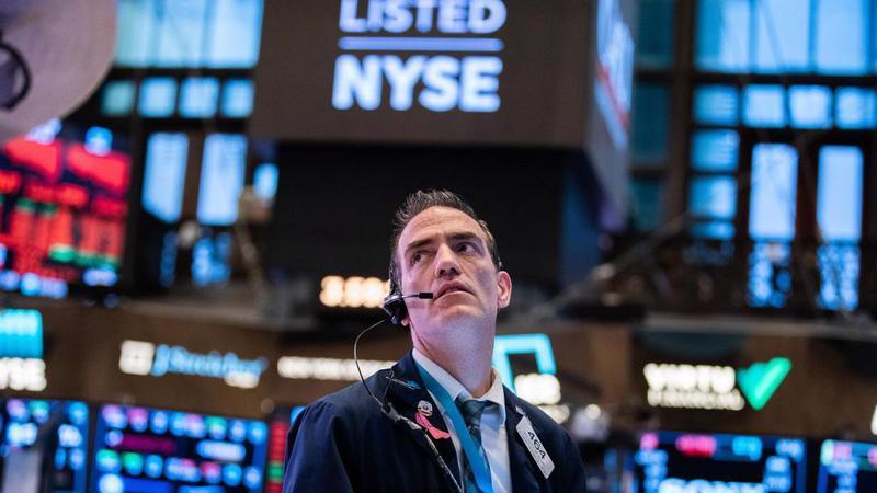 Một nhà giao dịch cổ phiếu trên sàn NYSE ở New York, Mỹ - Ảnh: Bloomberg.