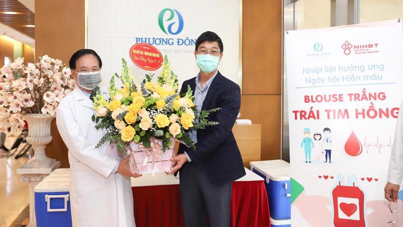 """Viện Huyết học - Truyền máu Trung ương phối hợp Bệnh viện Đa khoa Phương Đông tổ chức Ngày hội hiến máu """"Blouse trắng - Trái tim hồng""""."""