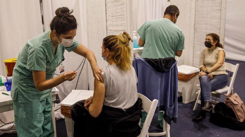 Tiêm chủng ngừa Covid-19 bằng vaccine Covid-19 ở Tel Aviv, Israel - Ảnh: Bloomberg.