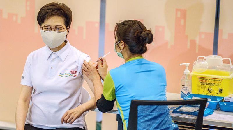 Trưởng đặc khu hành chính Hồng Kông Carrie Lam tiêm phòng Covid-19 bằng vaccine Sinovac hôm 22/2 - Ảnh: Bloomberg.