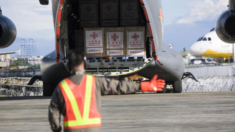 Lô vaccine Covid-19 của Sinovac hạ cánh xuống sân bay quân sự ở Manila, Philippines, ngày 28/2 - Ảnh: Bloomberg.