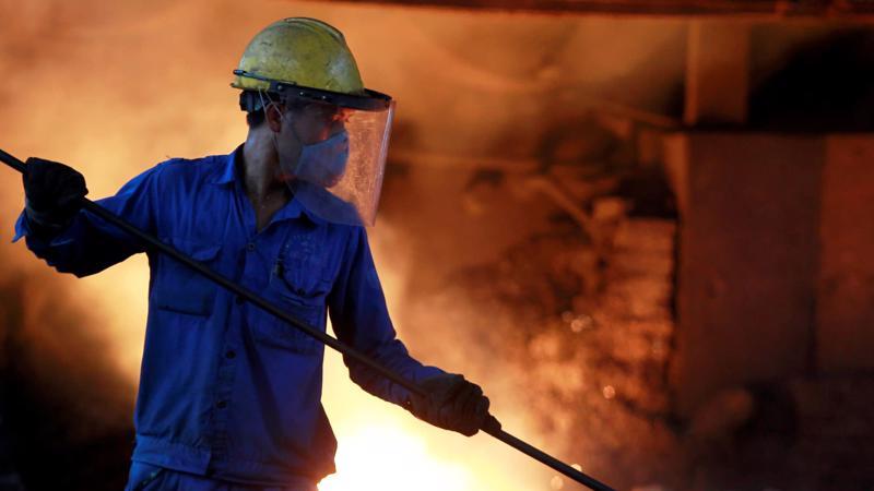 Một công nhân làm việc trong nhà máy thép của Hòa Phát - Ảnh: Reuters/Nikkei.
