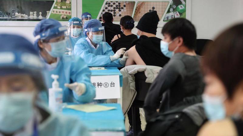 Tiêm chủng ngừa Covid-19 ở Bắc Kinh - Ảnh: Getty/Bloomberg.