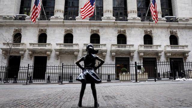 """Tượng """"Bé gái không sợ hãi"""" (""""Fearless girl"""") bên ngoài Sở giao dịch chứng khoán New York (NYSE) - Ảnh: Reuters."""