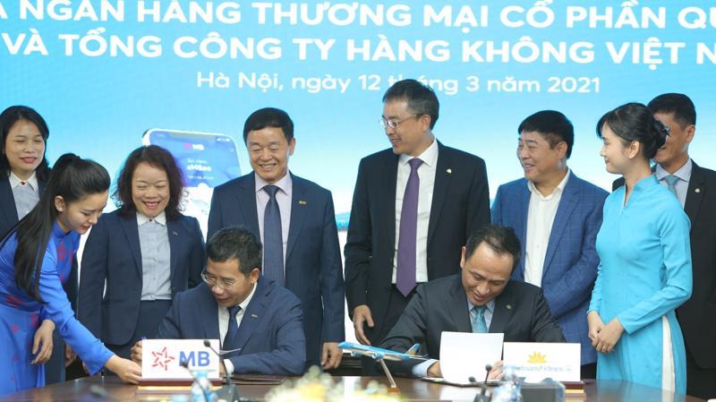 Lễ ký kết diễn ra dưới sự chứng kiến của đại diện cả hai bên.