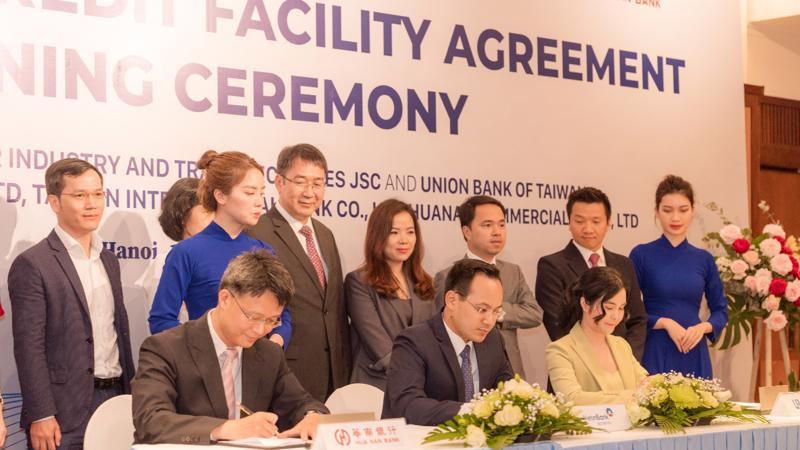 Ông Trần Phúc Vinh - Quyền Tổng giám đốc VietinBank Securities đại diện ký kết.