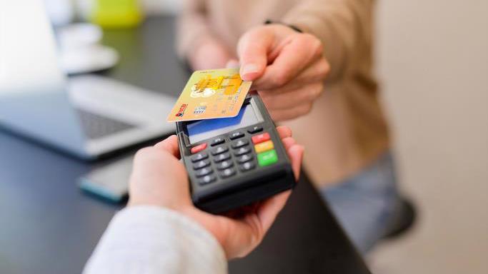 """Thẻ chíp ghi nợ nội địa NCB sử dụng công nghệ """"không chạm""""."""