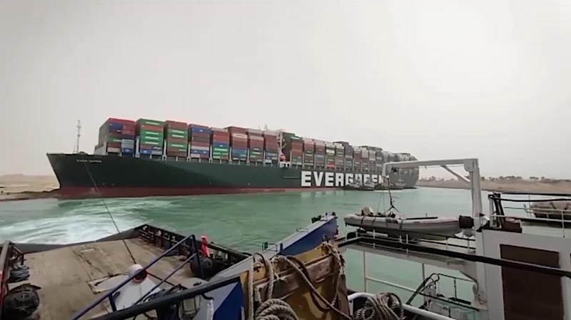 Tàu Ever Given bị mắc kẹt ở kênh đào Suez - Ảnh: BBC.