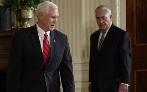 Phó tổng thống Mỹ Mike Pence (trái) và Ngoại trưởng Rex Tillerson tại một cuộc họp báo hồi tháng 5/2017 - Ảnh: Reuters.<br>