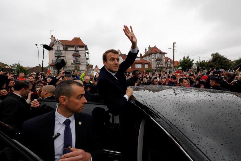 Ông Emmanuel Macron vẫy tay chào người ủng hộ khi rời điểm bỏ phiếu ở Le Touquet trong cuộc bầu cử Tổng thống Pháp ngày 7/5 - Ảnh: Reuters.<br>