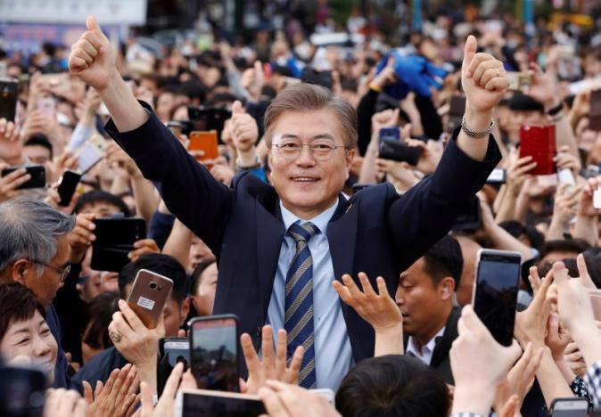 Ông Moon Jae-in, người được dự báo nhiều khả năng trở thành tân Tổng thống Hàn Quốc, trong một cuộc vận động tranh cử hôm 4/5 - Ảnh: Reuters.<br>